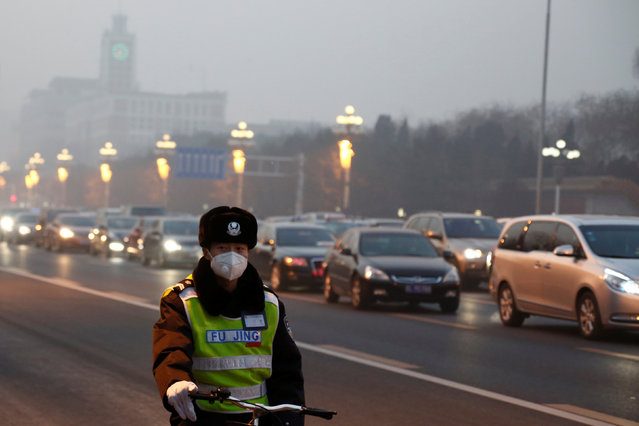 A police officer wears a face mask on a polluted day in Beijing, China, January 3, 2017. (Photo by Thomas Peter/Reuters)