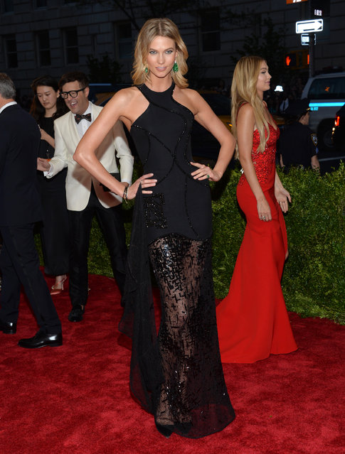 "Karlie Kloss arrives at The Metropolitan Museum of Art's Costume Institute benefit gala celebrating ""China: Through the Looking Glass"" on Monday, May 4, 2015, in New York. (Photo by Evan Agostini/Invision/AP Photo)"