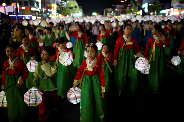 Children carrying lanterns march during a lotus lantern parade in celebration of the upcoming birthday of Buddha in Seoul, South Korea, May 7, 2016. (Photo by Kim Hong-Ji/Reuters)