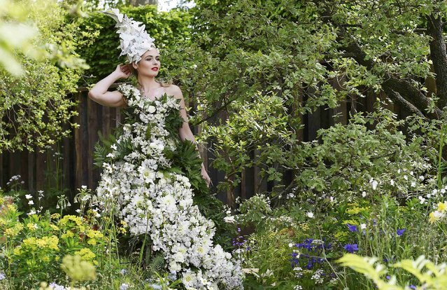 A model poses in a floral dress at the Chelsea Flower Show in London, Britain, May 23, 2016. (Photo by Toby Melville/Reuters)
