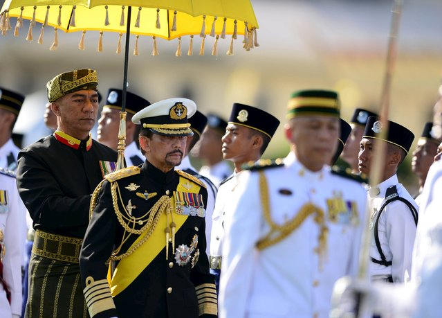 Brunei's Sultan Hassanal Bolkiah (C) inspects the royal guard of honour during his 69th birthday celebrations in Bandar Seri Begawan, Brunei, August 15, 2015. Brunei's Sultan Hassanal Bolkiah was born on July 15, 1946. The official birthday celebrations were postponed due to the Sultan's birthday falling in the month of Ramadan, according to local media. (Photo by Ahim Rani/Reuters)