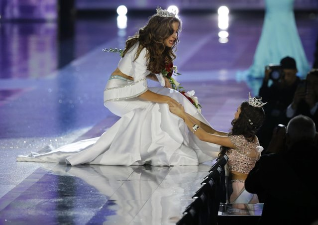 Miss Georgia Betty Cantrell greets a fan after being crowned Miss America 2016 at the 2016 Miss America pageant, Sunday, September 13, 2015, in Atlantic City, N.J. (Photo by Mel Evans/AP Photo)
