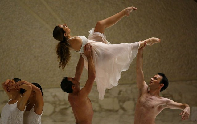 Italian disabled dancer Simona Atzori (top) performs, before a special audience with disabled athletes led by Pope Francis, in Paul VI hall at the Vatican October 4, 2014. (Photo by Tony Gentile/Reuters)
