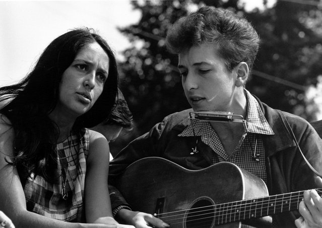 Folk singers Joan Baez and Bob Dylan perform during a civil rights rally on August 28, 1963 in Washington D.C. (Photo by Rowland Scherman/National Archive/Newsmakers)