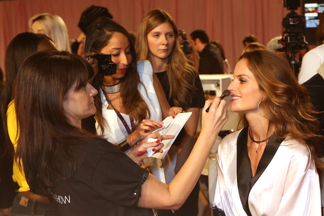Model Izabel Goulart is made up backstage at the Victoria's Secret fashion show in London, Tuesday, December 2, 2014. (Photo by Joel Ryan/Invision/AP Photo)
