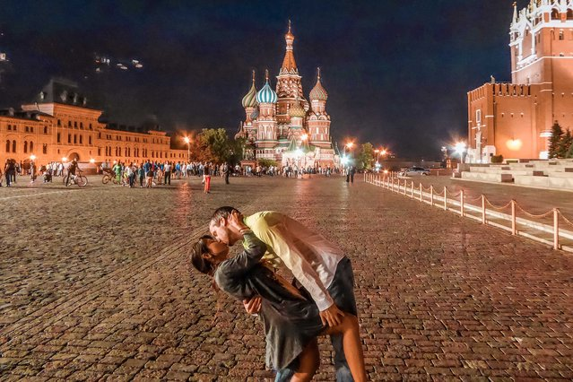 Rob Switzer 34 proposed to Joli 33 whilst they were on holiday in Moscow, Russia. (Photo by Dipkiss Travels/Caters News Agency)
