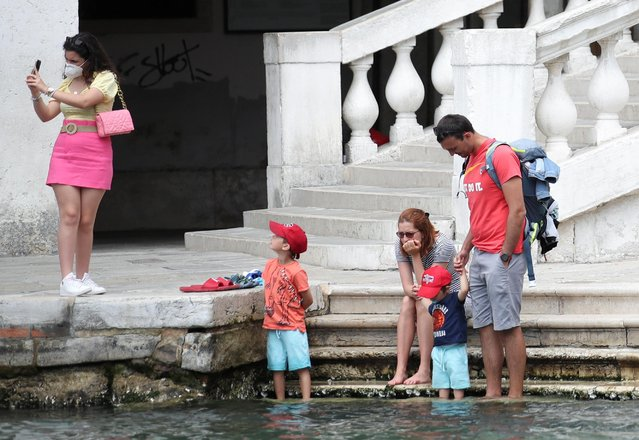 """Tourists enjoy a sunny day at Rialto Bridge, as the region of Veneto becomes a """"white zone"""", following a relaxation of coronavirus disease (COVID-19) restrictions with only masks and social distancing required, in Venice, Italy, June 7, 2021. (Photo by Yara Nardi/Reuters)"""