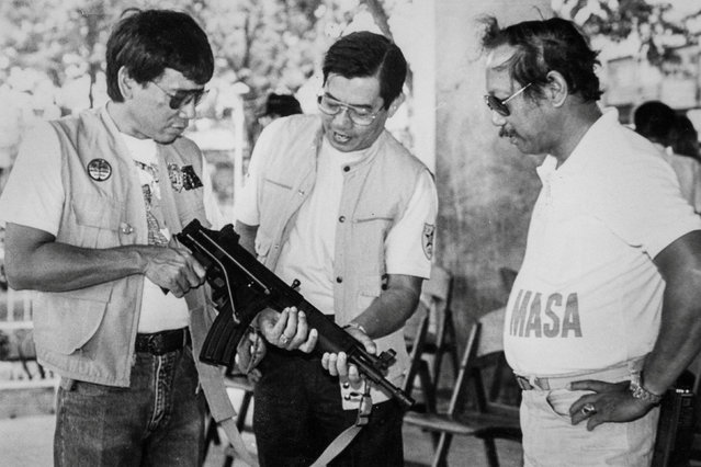 Mayor Rodrigo Duterte (L) inspects an assault rifle at a shooting range in Davao city in the southern Philippines with Regional Police Chief Miguel Abaya (C) and Metrodiscom chief Franco Calida. Picture taken in the late 1980s. (Photo by Renato Lumawag/Reuters)