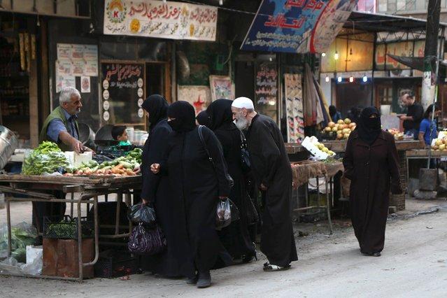 A street vendor sells produce along a street in Aleppo's Bustan al-Qasr neighborhood, Syria October 14, 2015. (Photo by Hosam Katan/Reuters)