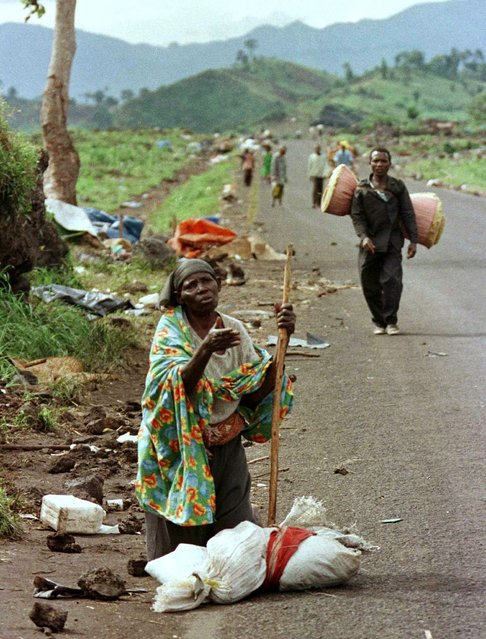 An elderly Rwandan Hutu refugee woman begs for a ride to the Rwanda border in the former Zaire, now the Democratic Republic of the Congo, November 18, 1996. (Photo by Peter Andrews/Reuters)
