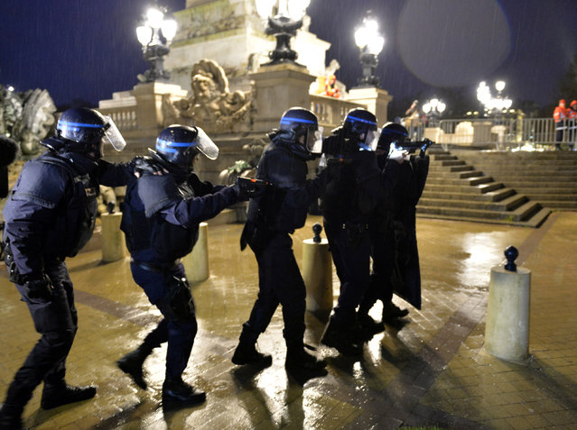"""French Police forces take part in a mock terrorist attack drill at a """"fan zone"""" at the Place des Quinconces in Bordeaux, southwestern France, in preparation of security measures for the UEFA 2016 European Championship, April 4, 2016. (Photo by Georges Gobet/Reuters)"""