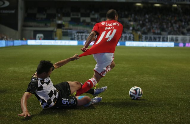 Boavista's Anderson Barros (L) fights for the ball with Benfica's Maxi Pereira during their Portuguese Premier League soccer match at Bessa stadium in Porto August 24, 2014. (Photo by Rafael Marchante/Reuters)