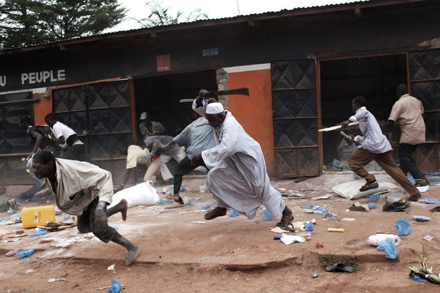 "Christians looting a Muslim shop in the ""Combattants"" district of Bangui. (Photo by Pierre Terdjman/Paris Match)"