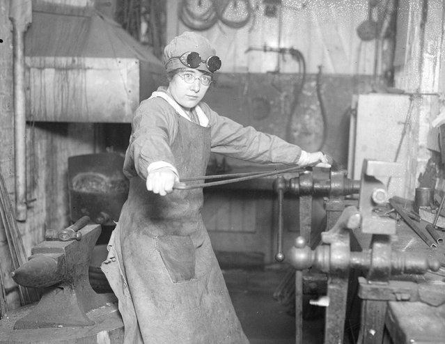 A woman shaping a steel knee splint at the Kensington War Hospital supply depot, November 1917. (Photo by Topical Press Agency)