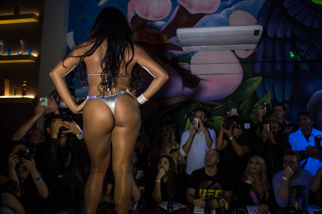 A competitor poses on the catwalk during the Miss Bumbum Brazil 2017 pageant in Sao Paulo on November 07, 2017. (Photo by Nelson Almeida/AFP Photo)