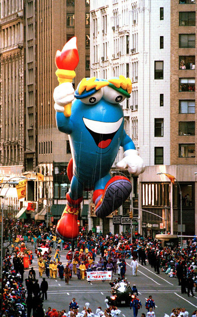 Izzy, the mascot for the 1996 Olympics in Atlanta, makes his debut down New York's Broadway during the annual Thanksgiving Day parade, November 25, 1993. (Photo by AP Photo)