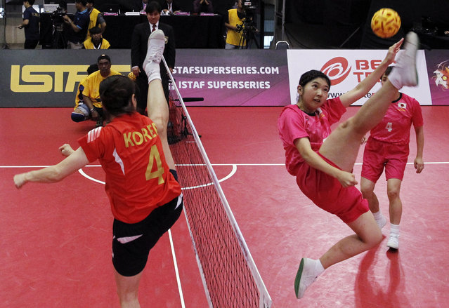 Sepak Takraw, ISTAF Super Series Finals Thailand 2014/2015, Nakhon Pathom Municipal Gymnasium, Huyjorake Maung, Nakonprathom, Thailand on October 21, 2015: Korea's Jeong Inseon (L) in action with Japan's Yuumi Kawamata during the group stage. (Photo by Asia Sports Ventures/Action Images via Reuters)