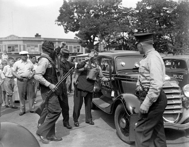 Newton police do sham to test guns, 1935. (Photo by Leslie Jones)