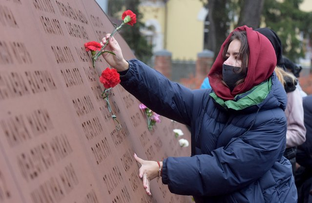 People visit a memorial commemorating the 224 people killed in the bombing of a Russian airliner over Egypt, on the fifth anniversary of the disaster in the town of Vsevolozhsk outside Saint Petersburg on October 31, 2020. (Photo by Olga Maltseva/AFP Photo)