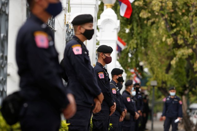 Police stand guard as anti government protesters try sell shrimps in front of government house amidst the coronavirus disease (COVID-19) outbreak in Bangkok, Thailand on December 26, 2020. (Photo by Soe Zeya Tun/Reuters)