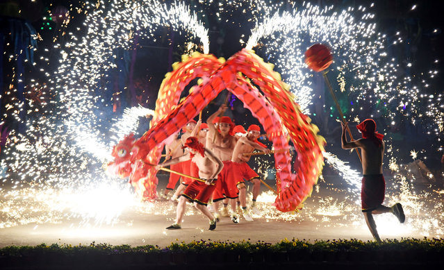 People perform a fire dragon dance under a shower of sparks from molten iron during the Chinese Lunar New Year holidays in Wuhan, Hubei province, China January 30, 2017. (Photo by Reuters/Stringer)