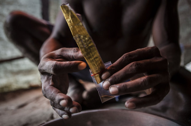 A illegal gold miner of Kamoro people, puts the gold on a plastic on February 4, 2017 in Timika, Papua Province, Indonesia. (Photo by Ulet Ifansasti/Getty Images)