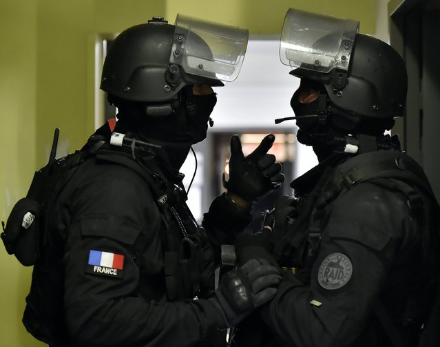 Members of the Raid special intervention unit of the French police take part in a terrorist attack mock exercise, on April 4, 2016 around Bordeaux's  Euro 2016 fan zone, during a training as part of the security measures set for the upcoming European football championships. (Photo by Georges Gobet/AFP Photo)
