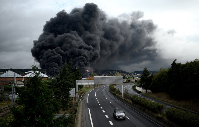A picture taken on September 26, 2019 shows smoke billowing from a Lubrizol factory classified SEVESO high-threshold site on fire in Rouen. Residents of twelve towns including Rouen have been asked to stay at home after a fire broke out at a Lubrizol factory classified SEVESO high-threshold site, according to the prefect of Normandy. (Photo by Philippe Lopez/AFP Photo)