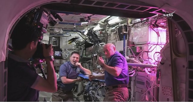 Astronauts Kjell Lindgren (L) and  Scott Kelly sample lettuce harvested for the first time aboard the International Space Station in this handout photo provided by NASA during Expedition 44, August 10, 2015. (Photo by Reuters/NASA)