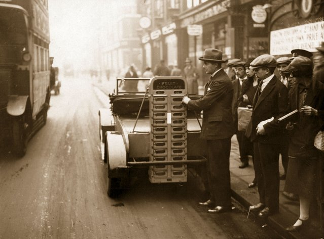 """A """"money-in-the-slot"""" automatic fruit and nut vending machine attached to a car, on display in Britain for the first time, 1928. (Photo by J. Gaiger)"""