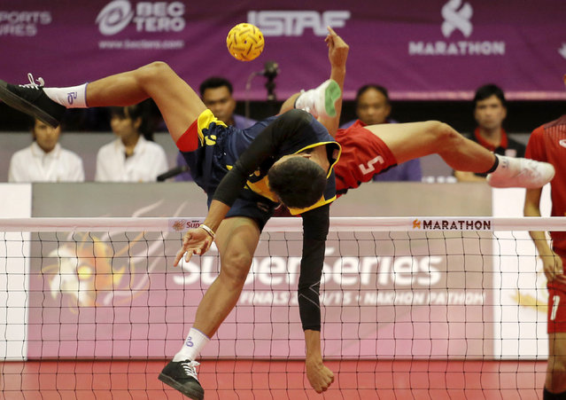 Sepak Takraw, ISTAF Super Series Finals Thailand 2014/2015, Nakhon Pathom Municipal Gymnasium, Huyjorake Maung, Nakonprathom, Thailand on October 21, 2015: Thailand's Thawisak Thongsaid and Myanmar's Thant Zin Oo (front) in action during their group stage match. (Photo by Asia Sports Ventures/Action Images via Reuters)
