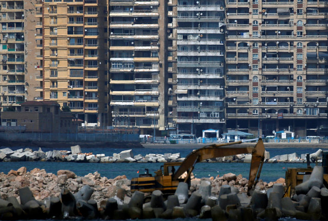 An excavator builds a new sea wall along the Mediterranean Sea, as the government closes beaches, following the outbreak of the coronavirus disease (COVID-19), in Alexandria, Egypt, August 7, 2020. (Photo by Amr Abdallah Dalsh/Reuters)