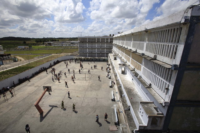Prisoners stand in the outdoor patio inside the Combinado del Este prison during a media tour of the prison in Havana, Cuba, Tuesday, April 9, 2013.  Cuban authorities led foreign journalists through the maximum security prison, the largest in the Caribbean country that houses 3,000 prisoners. Cuba says they have 200 prisons across the country, including five that are maximum security. (Photo by Franklin Reyes/AP Photo)