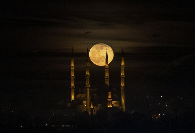 A full moon rises behind the Selimiye Mosque in Edirne, Turkey, 29 January 2021. (Photo by Erdem Sahin/EPA/EFE)