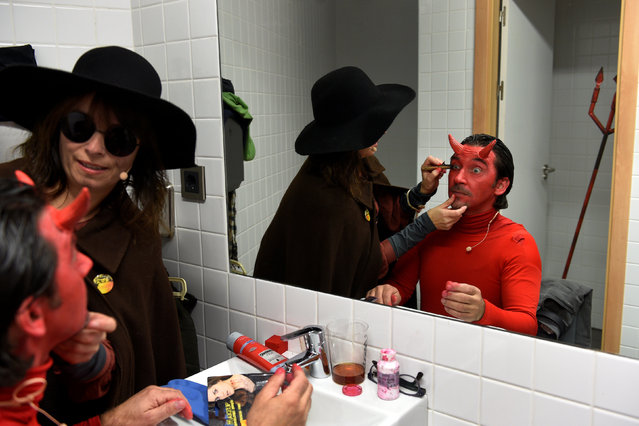 """A villager puts on make up before performing in """"Los Sidros y Las Comedias"""", a traditional festival in Spain's northern village of Valdesoto, January 8, 2017. (Photo by Eloy Alonso/Reuters)"""
