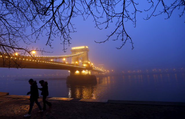 People walk near the Chain Bridge during a heavy fog in the centre of Budapest, Hungary January 26, 2016. (Photo by Laszlo Balogh/Reuters)