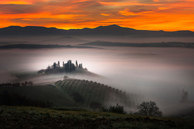 A building emerges from the early morning fog in Belvedere farm in San Quirico d'Orcia, Tuscany, Italy. The beautiful pictures were taken by Alberto Di Donato who has a huge passion for the Tuscan landscape and is inspired by the Renaissance artists who painted the same landscapes. (Photo by Alberto Di Donato/HotSpotMedia)