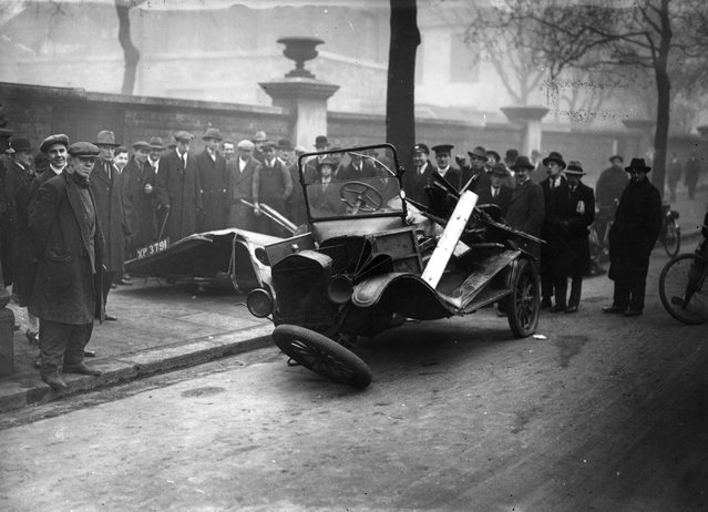 Passers-by survey the remains of a smashed lorry after a crash on the Embankment, London, February 1929. (Photo by Davis/Topical Press Agency)