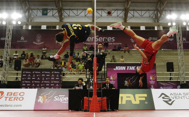 Sepak Takraw, ISTAF Super Series Finals Thailand 2014/2015, Nakhon Pathom Municipal Gymnasium, Huyjorake Maung, Nakonprathom, Thailand on October 21, 2015: Thailand's Thawisak Thongsai (R) in action with Myanmar's Thant Zin Oo during the group stage match. (Photo by Asia Sports Ventures/Action Images via Reuters)
