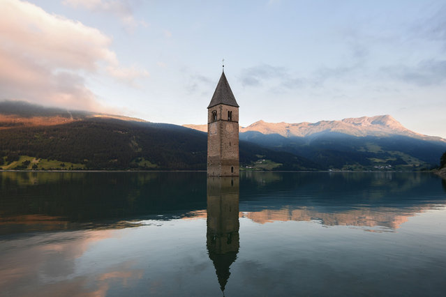 A picture taken on July 10, 2020 in the new city of Curon Venosta (Graun im Vinschgau), some 100 km northwest from Bolzano, Northern Italy, shows the bell tower of Curon's old city church submerged in the lake Resia. The old church and village were submerged in 1950 in an artificial lake created to power a hydroelectric plant. (Photo by Miguel Medina/AFP Photo)
