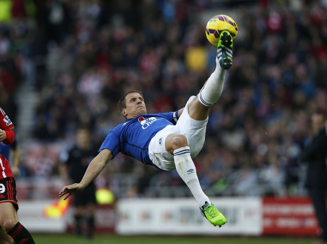 Everton's Phil Jagielka makes an overhead kick during their English Premier League soccer match against Sunderland at the Stadium of Light in Sunderland, northern England in this November 9, 2014 file photo. (Photo by Andrew Yates/Reuters)