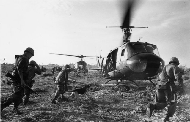 US marines running towards a Bell (UH 1) Huey helicopter and crew in the Tay Ninh area of Vietnam, 1968. (Photo by Terry Fincher/Daily Express/Hulton Archive/Getty Images)