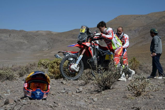 Honda rider Joan Barreda Bort (C) of Spain is helped by Honda rider Paolo Ceci of Italy after his motorcycle had engine problems during the sixth stage in the Dakar Rally 2016 near Uyuni, Bolivia, January 8, 2016. (Photo by Jerome Prevost-L'Equipe/Reuters)