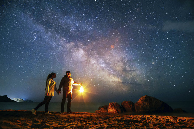 Stunning photos show couples silhouetted against night sky. (Photo by Andrei Sheliakin/Caters News Agency)
