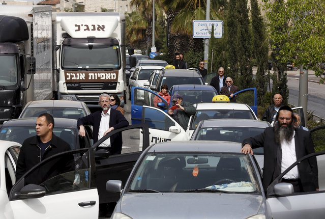 Motorists stand still beside vehicles as a two-minute siren marking Holocaust Remembrance Day is sounded in Jerusalem April 16, 2015. Israel on Thursday marks its annual memorial day commemorating the six million Jews killed by the Nazis during World War Two. (Photo by Baz Ratner/Reuters)