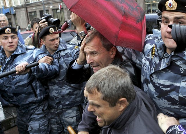 File photo of member of the German Bundestag Volker Beck (C) being led away by Russian riot police during a gay rights protest near Red Square Moscow May 27, 2006. Green party politician Volker Beck resigned from office March 2, 2016, after he was caught with drugs in Berlin, German media reported. (Photo by Konstantin Koutsyllo/Reuters)