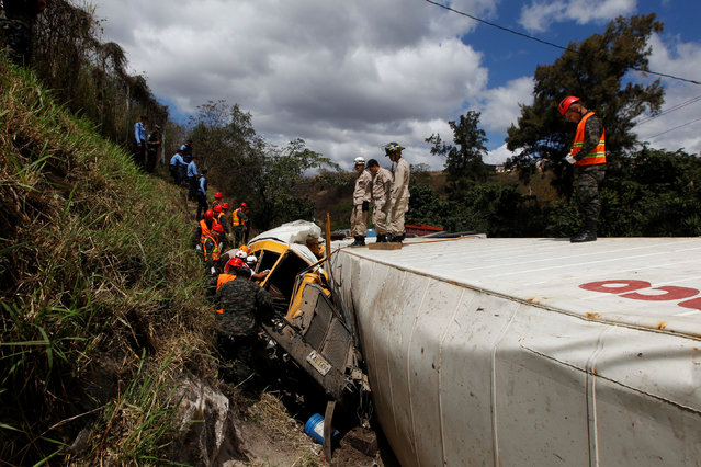 Rescue workers and soldiers trying to rescue people after a crash between a bus and a truck on the outskirts of Tegucigalpa, Honduras, February 5, 2017. (Photo by Jorge Cabrera/Reuters)