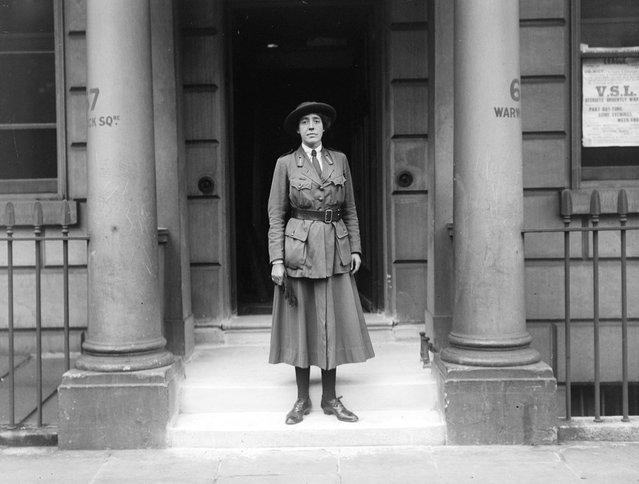 Miss D. Milman of the Women's Service League outside 67 Warwick Square, 1918. (Photo by J. J. Lambe/Topical Press Agency)