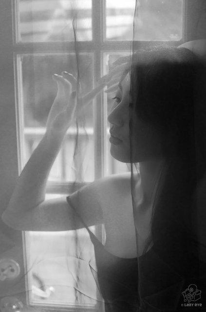 s*xy Asian Beauty. Hana in the Doorway