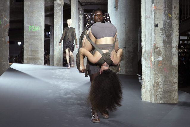 Models present creations from the Spring/Summer 2016 Ready to Wear collection by US designer Rick Owens during the Paris Fashion Week, in Paris, France, 01 October 2015. The presentation of the Women's collections runs from 29 September to 07 October. (Photo by Etienne Laurent/EPA)